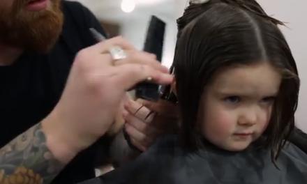 Bambina di tre anni dona i suoi capelli