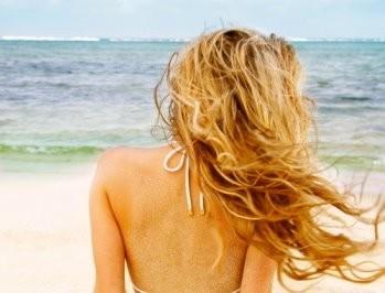 Capelli sani e splendenti anche al mare!